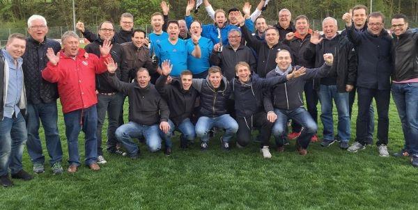 Über 25 Kameraden begleiteten Matthias Kristek zum Verbandsliga-Abschied in Willingen.